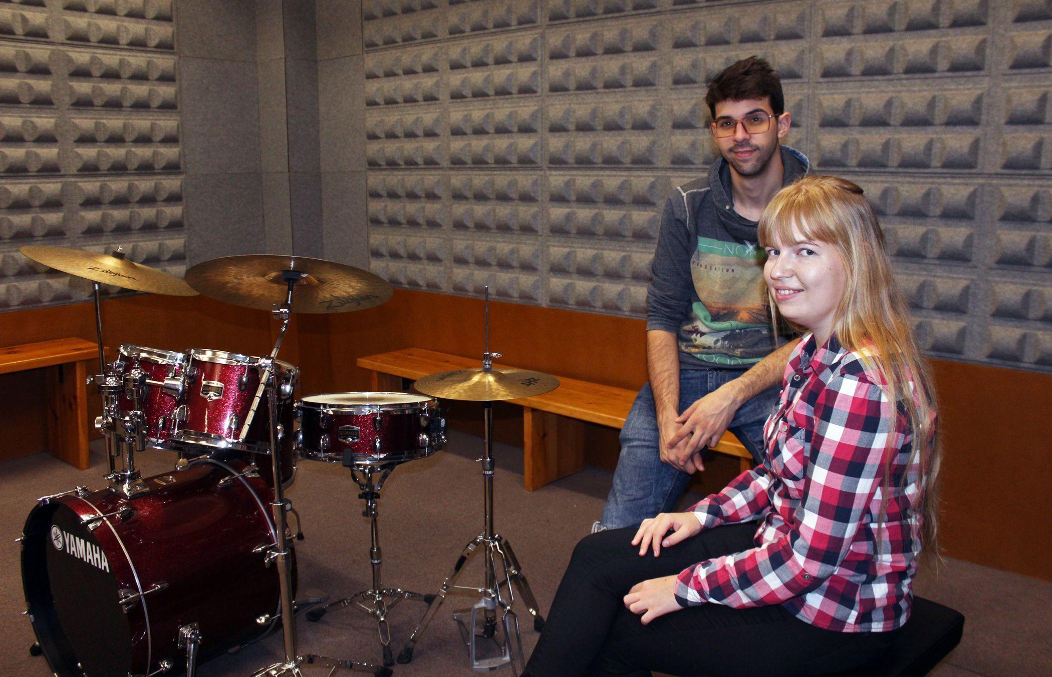 Anastasiya con Jesús, otro compañero de 'jam sesions', en la sala de música donde se reúne CEU Band