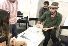 Carles Oliver, uno de los arquitectos del equipo premiado con el FAD 2018, con los estudiantes de Architecture la CEU UCH.