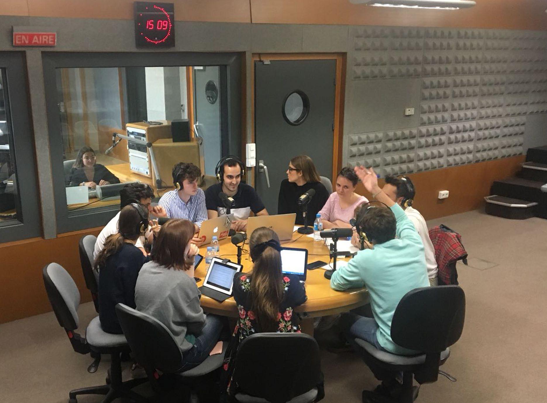 """Los estudiantes de Periodismo y Ciencias Políticas de la CEU UCH, en el programa """"Jóvenes de Europa"""" de Radio CEU, organizado por la Cátedra Jean Monnet."""