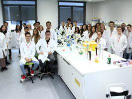 Estudiantes y profesores de la CEU UCH integrantes del equipo SWI@CEU, que formarán a escolares de seis colegios en la búsqueda de nuevos antibióticos en el medio natural.