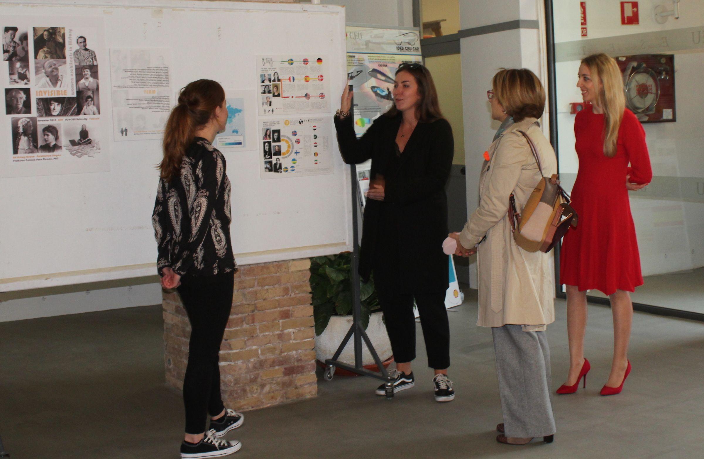 La rectora Rosa Visiedo, en su visita a la exposición, con estudiantes de Architecture y la profesora Patricia Pozo.