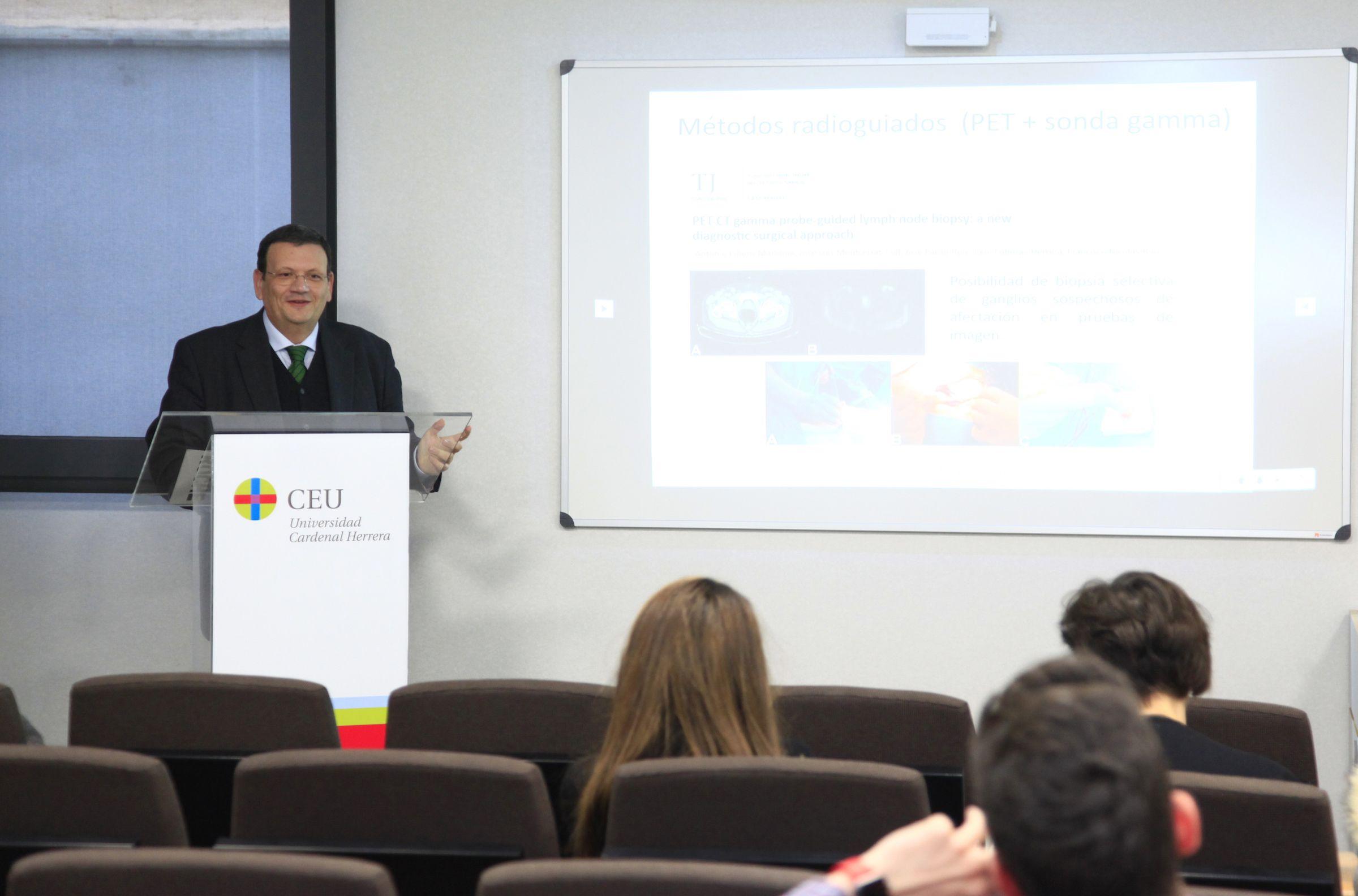El doctor Antonio Piñero, durante su intervención en el curso de la SEOQ en la CEU UCH.