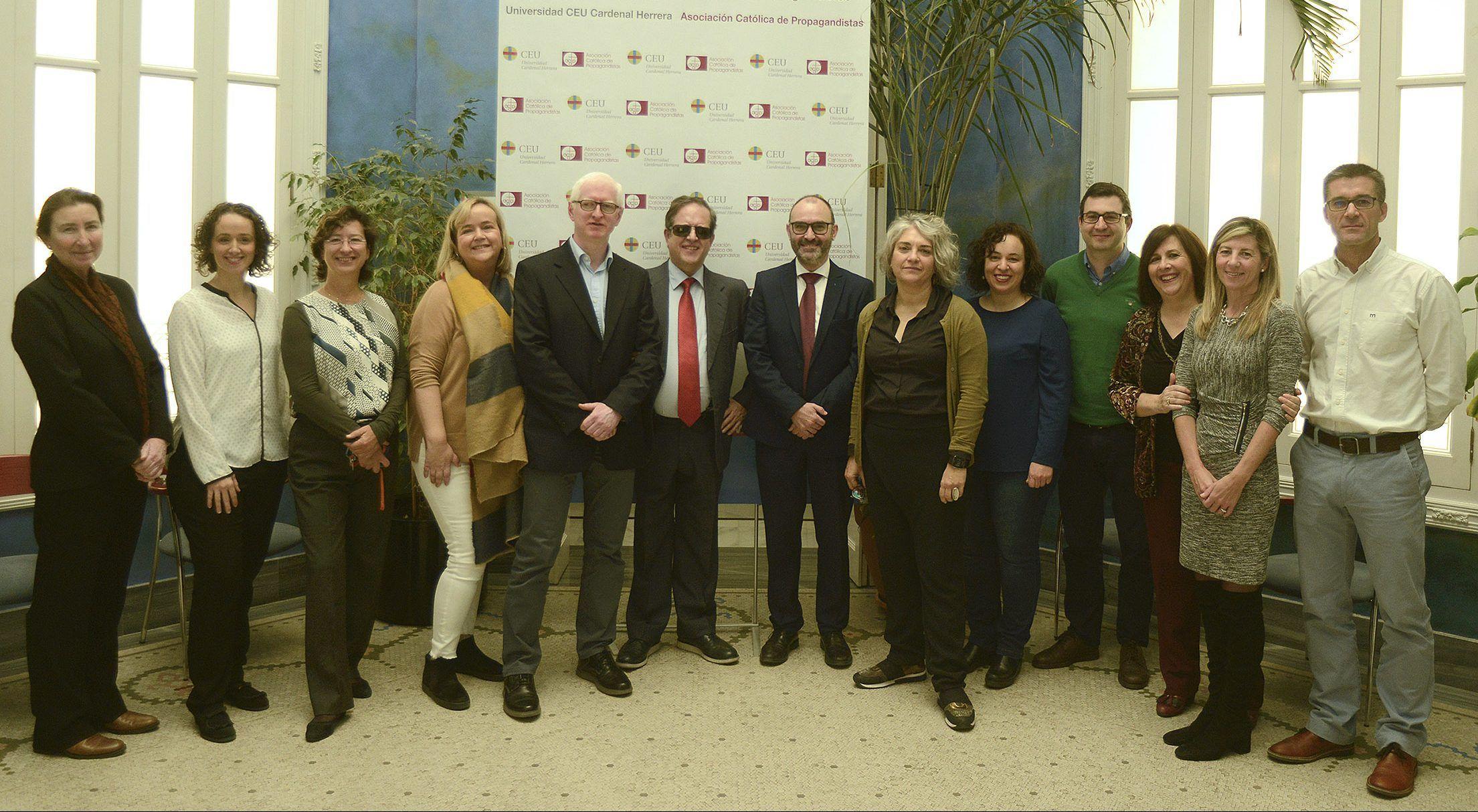 Los investigadores del Instituto ODISEAS de la CEU UCH y el vicerrector de Investigación, Ignacio Pérez, junto a Rafael de Lorenzo, secretario general del Consejo General de la ONCE.
