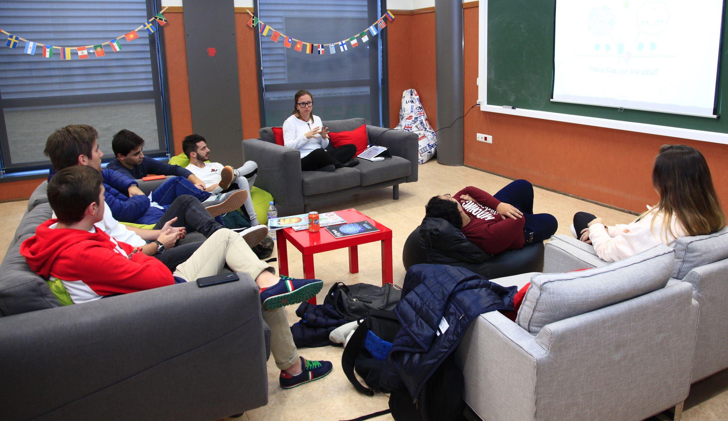 Lucía Hilario, con estudiantes de Dirección de Empresas en el taller de Mindfulness para futuros directivos.