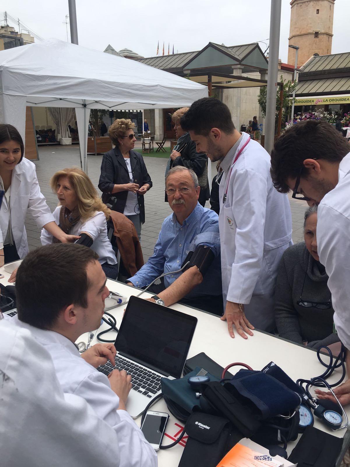 Uno de los puntos de medición de la presión arterial instalados por los estudiantes de la CEU UCH en su sede de Valencia.
