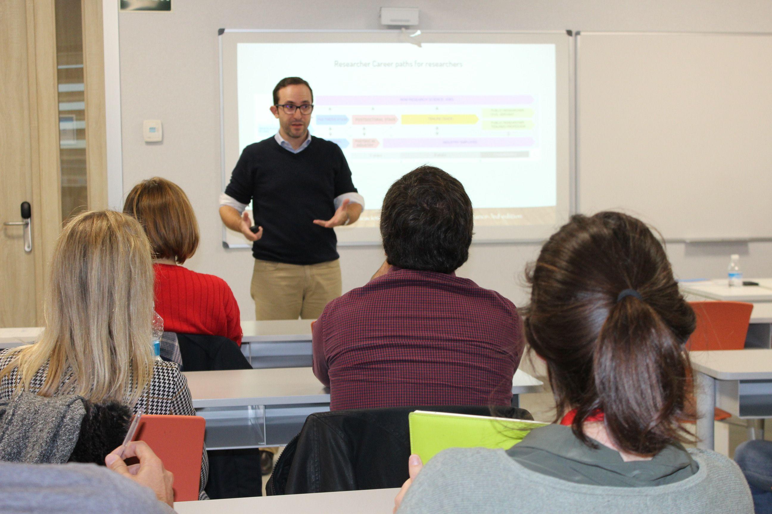 Manolo Castellano, fundador de Carreras Científicas Alternativas, en la sesión formativa organizada por RUVID en la CEU UCH.