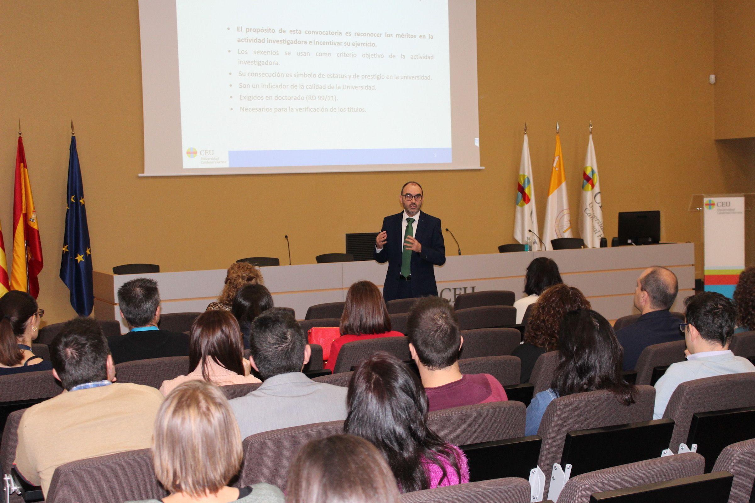 El vicerrector de Investigación, Ignacio Pérez, durante la reunión informativa sobre la evaluación de la actividad investigadora.