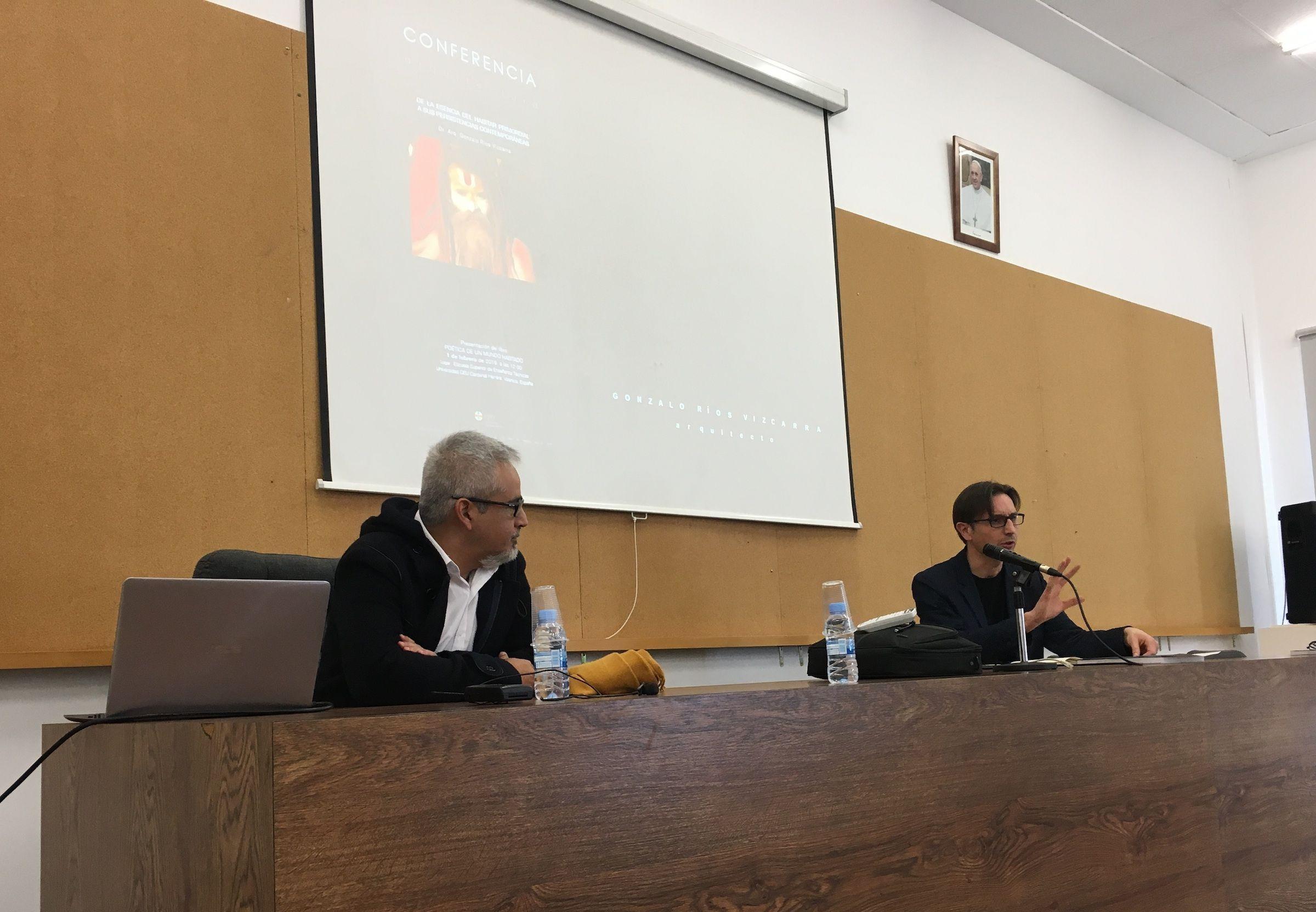 El arquitecto peruano Gonzalo Ríos y el profesor Andrés Ros, durante la presentación del libro en la CEU UCH.
