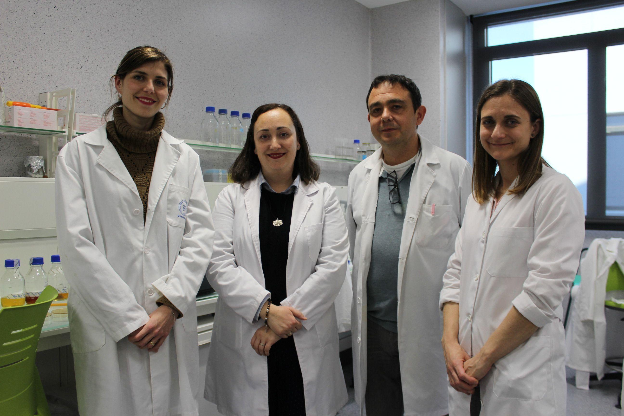Los investigadores Claudia Ortiz, Verónica Veses, José Antonio García Bautista y María del Mar Jovani, autores del estudio sobre las manchas negras en la placa dental, en los laboratorios de la CEU UCH.