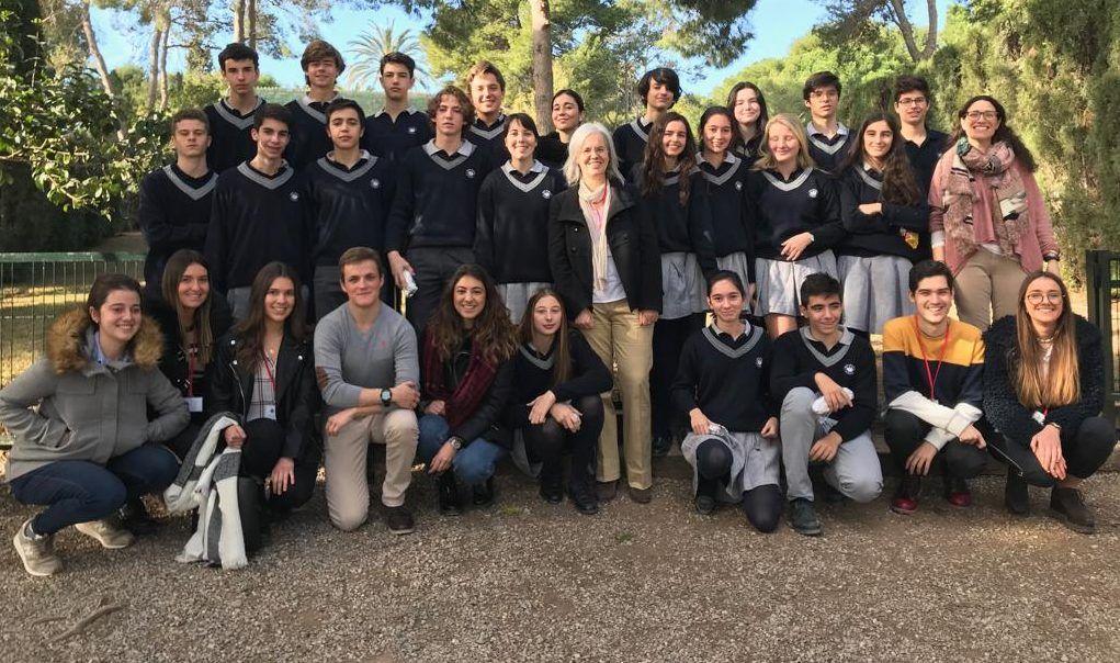 Estudiantes de la CEU UCH, esta mañana, con los alumnos del Colegio Edelweiss participantes en el proyecto SWI para la búsqueda de nuevos antibióticos.