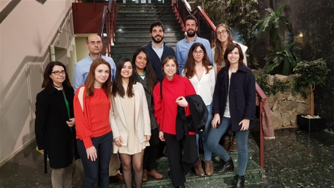 Las alumnas Blanca Carreras y Bettina de Berardinis (2ª y 3ª por la izq.) y el profesor José Antonio Costa (detrás), en la entrega de premios de la SVHTAyRV.