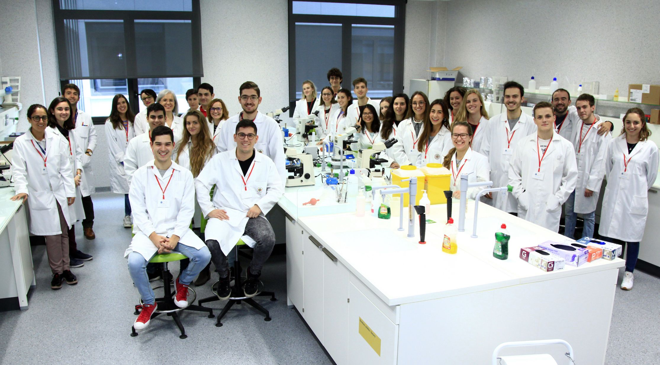 El equipo SWI@CEU de la CEU UCH, autor del decálogo sobre buen uso de los antibióticos premiado por Small World Initiative.