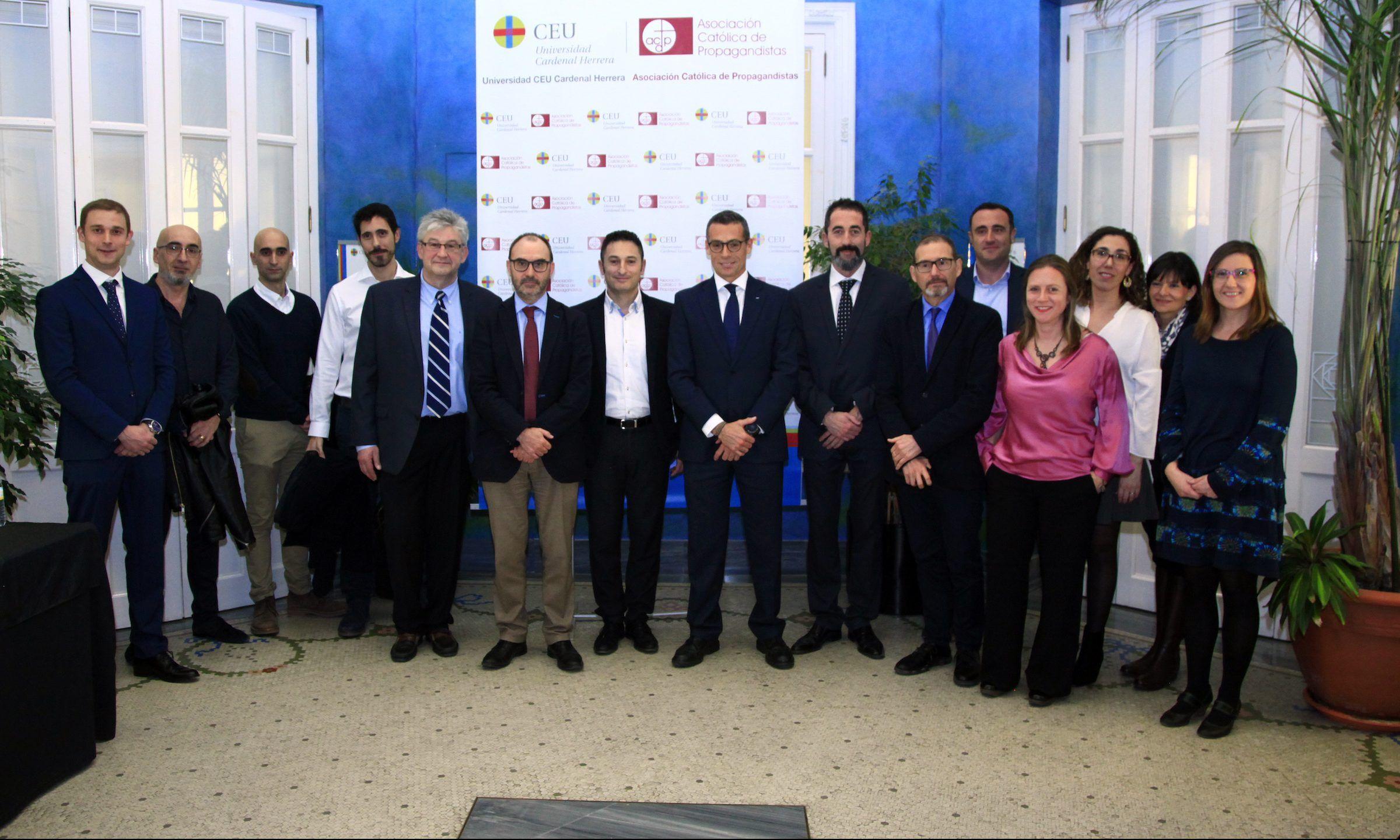 Oleg Gusikhin, Technical Leader de la sede central de Ford en Deaborn, e Ignacio Pérez, vicerrector de Investigación de la CEU UCH, con los investigadores del CEU y de Ford Valencia integrantes del equipo investigador.