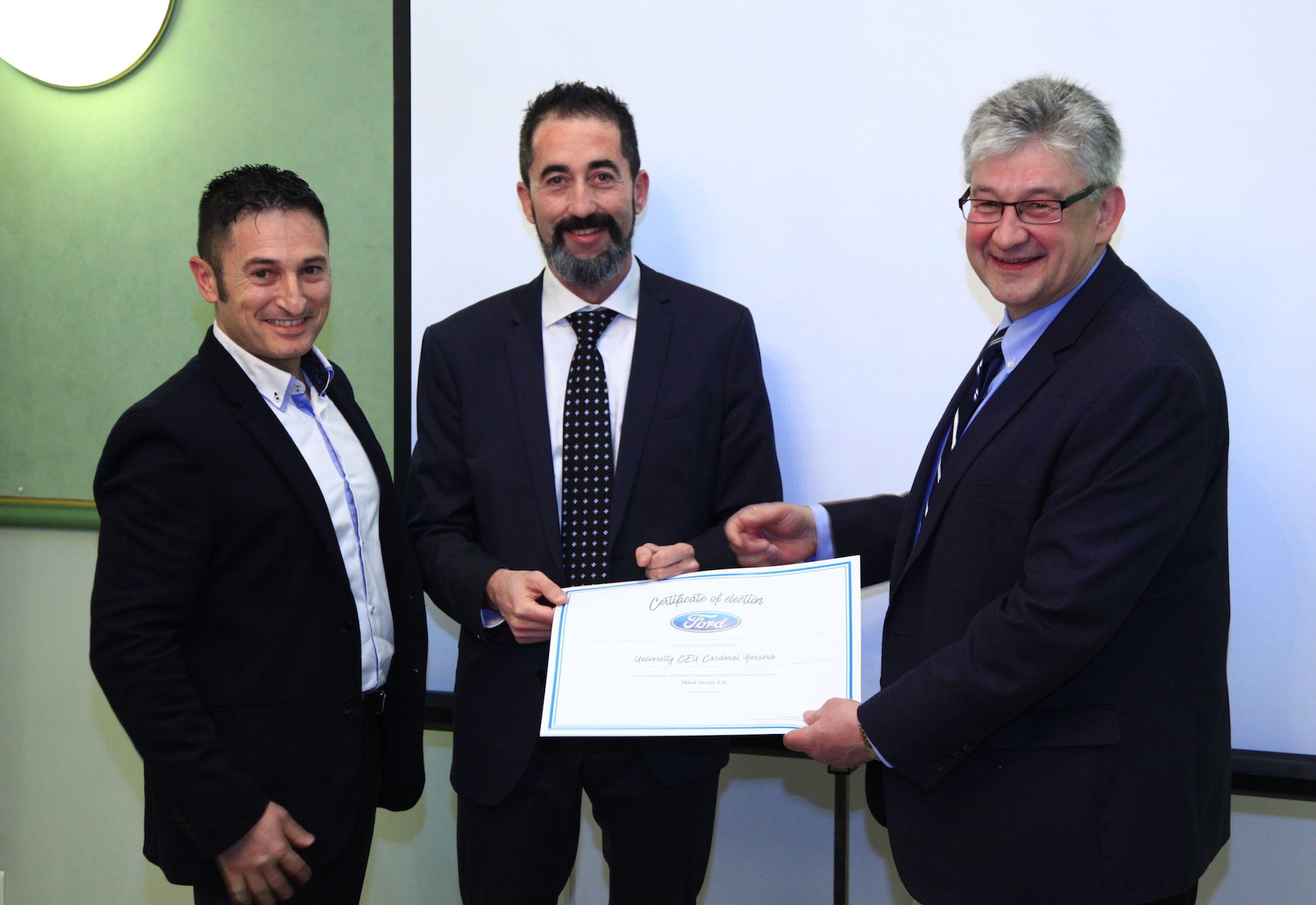 """Los investigadores principales del proyecto """"Miniterm 4.0"""" Eduardo García Magraner (Ford Valencia) y Nicolas Montés (Grupo AIR de la CEU UCH), reciben el diploma de colaboradores del URP de Ford Motor Company, de manos de Oleg Gusikhin."""