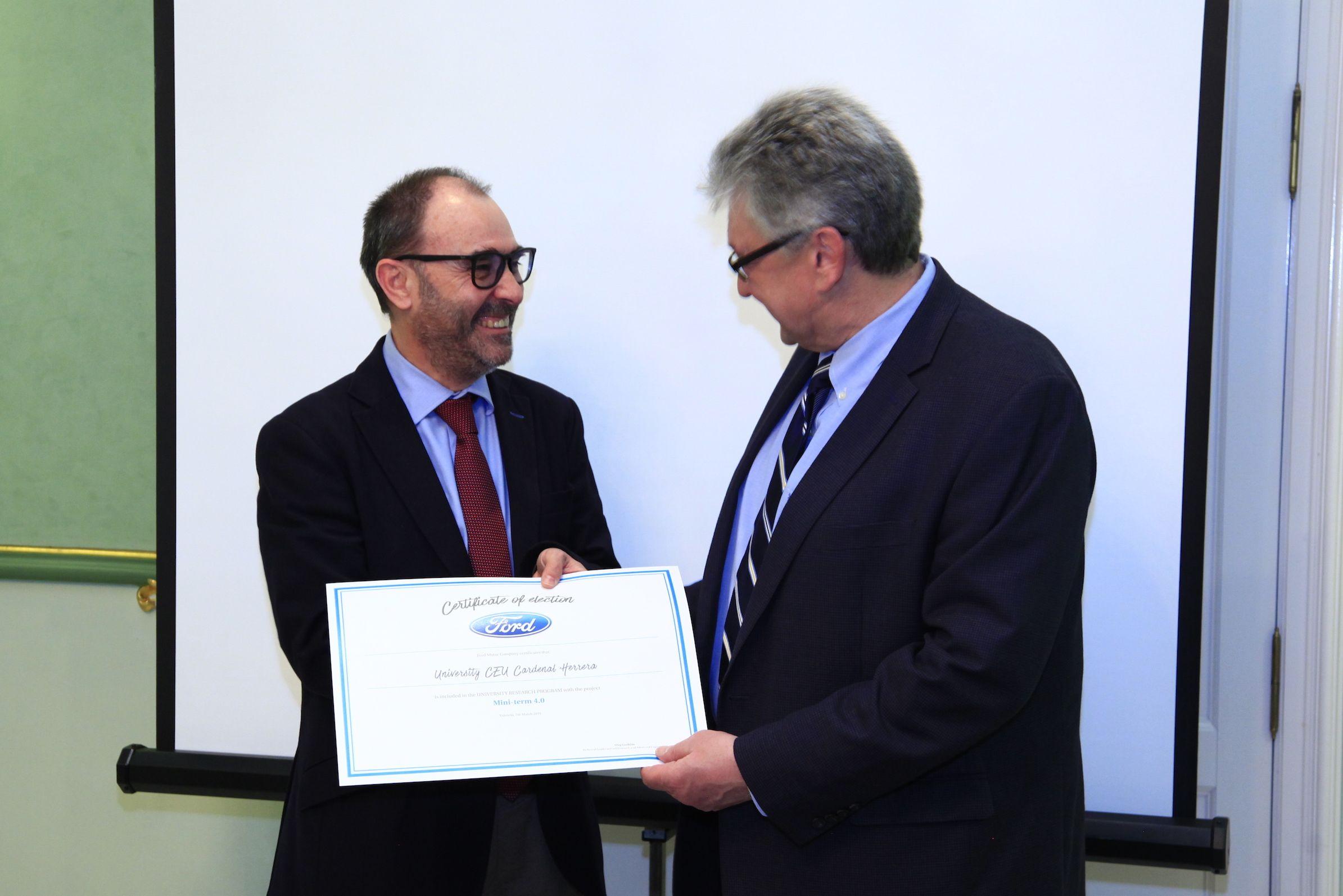 El vicerrector de Investigación de la CEU UCH, Ignacio Pérez Roger, recibe el diploma como universidad colaboradora del URP de Ford de manos de Oleg Gusikhin, Technical Leader de la sede central de Ford en Deaborn.