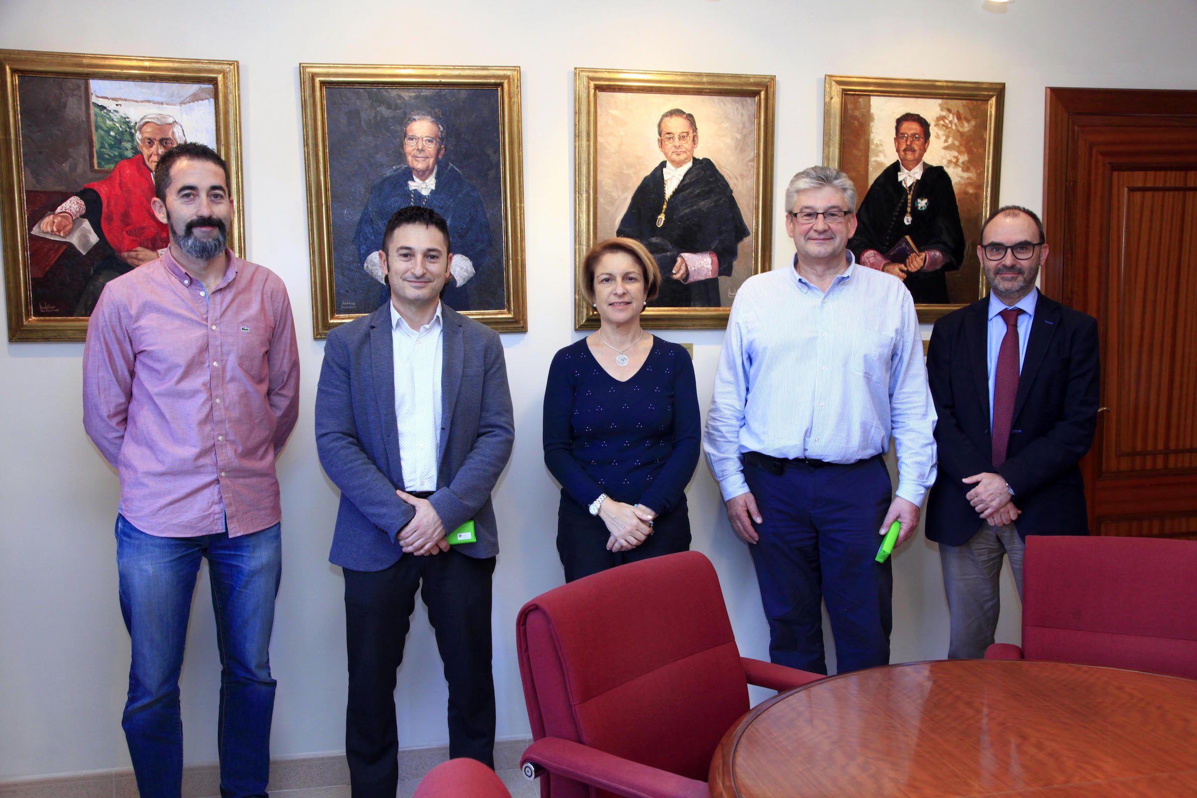 Los investigadores Nicolás Montes y Eduardo García Magraner, la rectora de la CEU UCH, Rosa Visiedo, Oleg Gusikhin, de Ford Motor Company, y el vicerrector de Investigación Ignacio Pérez.