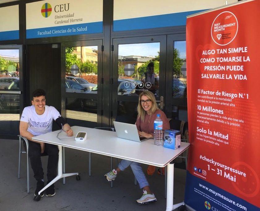 Estudiantes de la CEU UCH, durante la campaña de medición de la presión arterial MMM18.
