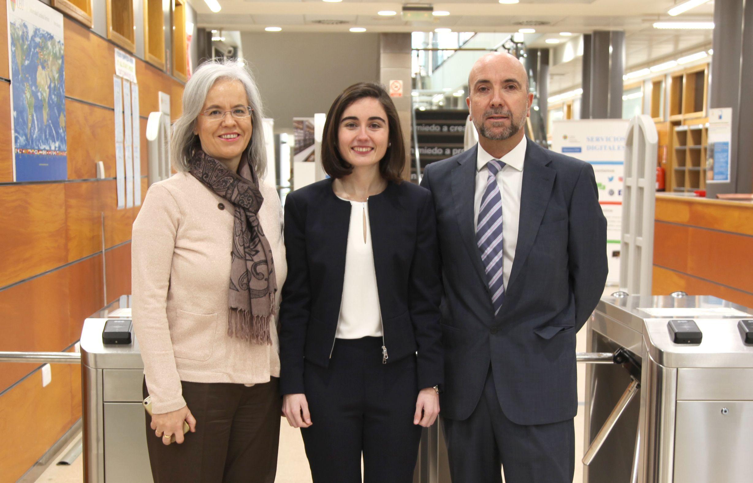 La catedrática de Microbiología de la CEU UCH, Teresa Pérez Gracia, la doctora Beatriz Suay, autora de la tesis, y el profesor Pedro Alemán, del Departamento de Farmacia de la CEU UCH.
