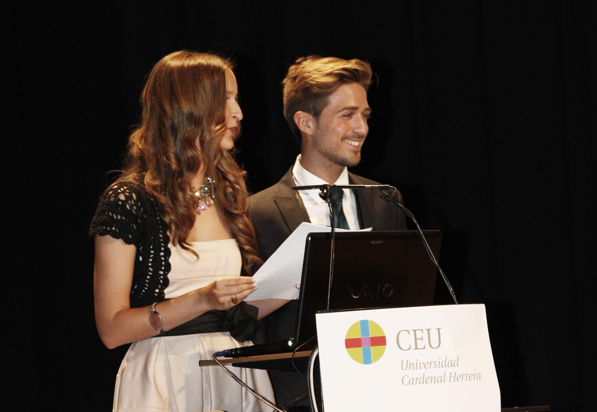 Víctor Romero y su compañera de estudios Carla Ruiz intervinieron en el acto de imposición de becas a la VIII Promoción de Arquitectura, en representación de sus compañeros.