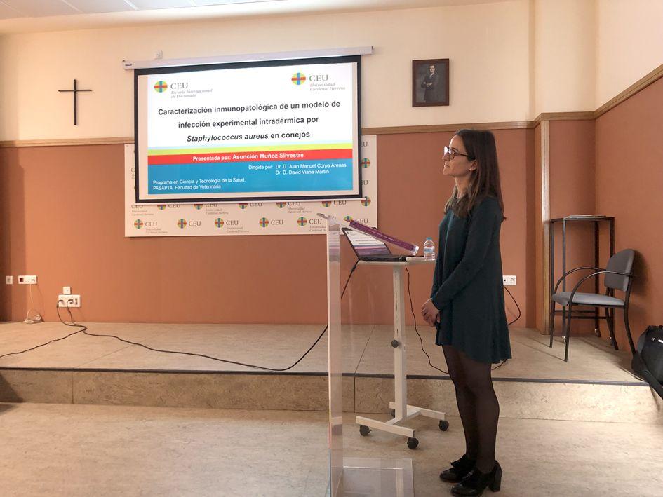 La investigadora Asunción Muñoz Silvestre, durante la defensa de su tesis doctoral en la CEU UCH.