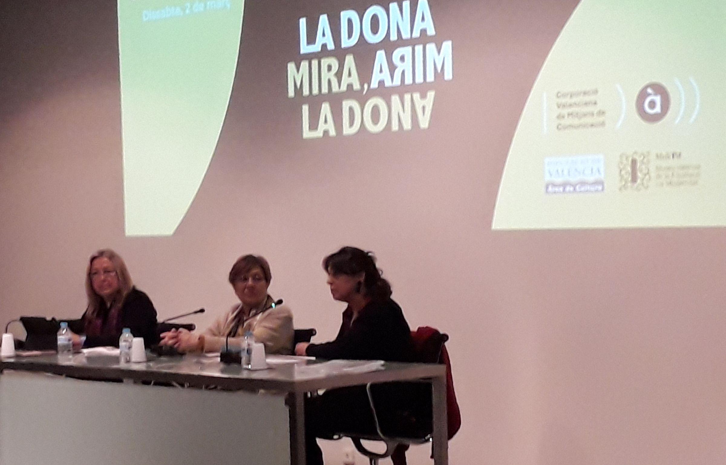 La directora de la Cátedra Berlanga, Begoña Siles, con las estudiantes y becarias de colaboración Sandra Rodrigo e Irene Valdés.