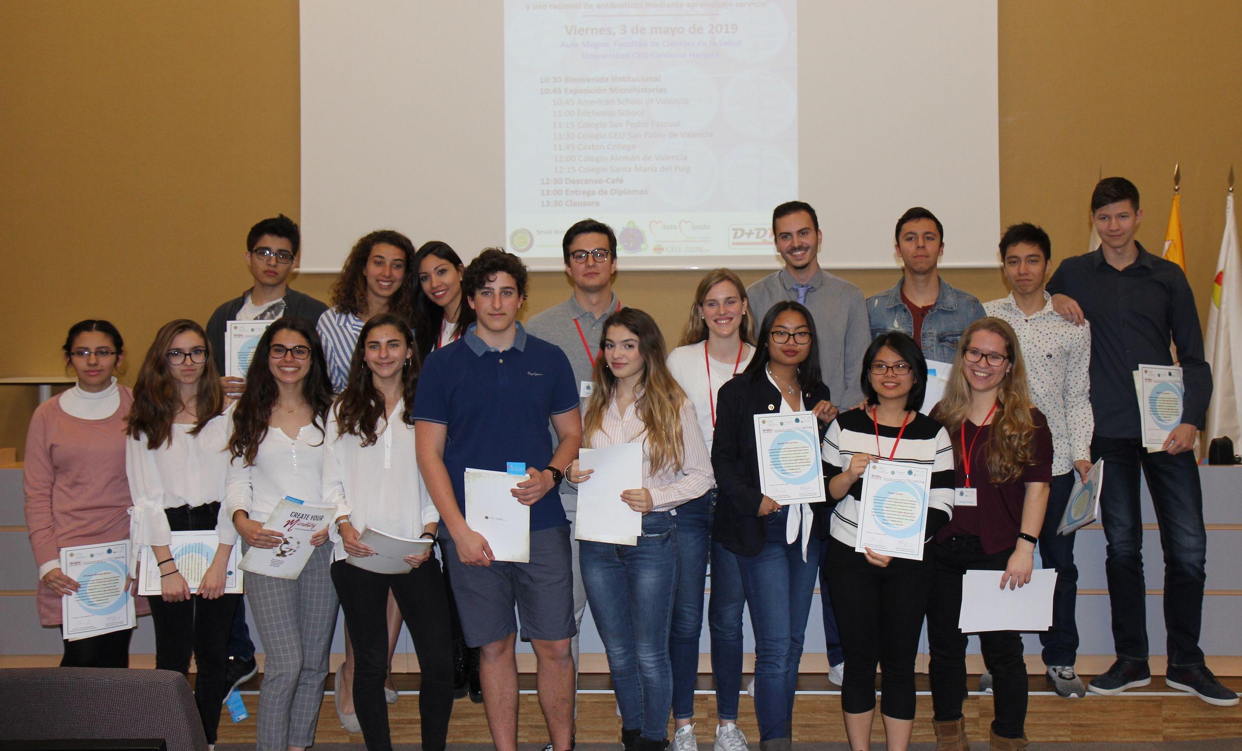 Estudiantes del American School of Valencia con los universitarios de la CEU UCH que han dirigido su participación en el proyecto SWI, en la entrega de diplomas.