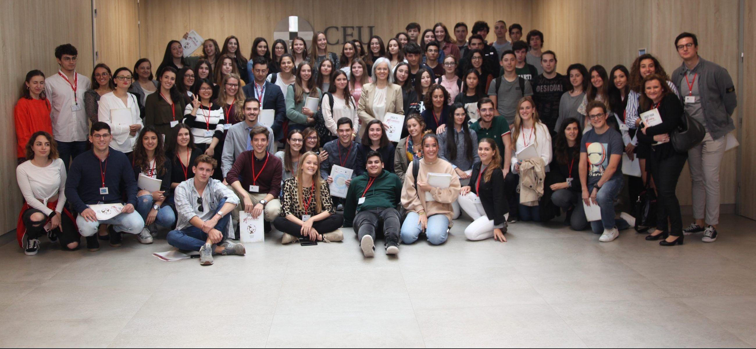 Escolares y universitarios participantes en el proyecto SWICEU, tras la entrega de los diplomas a los participantes en la Facultad de Ciencias de la Salud de la CEU UCH.