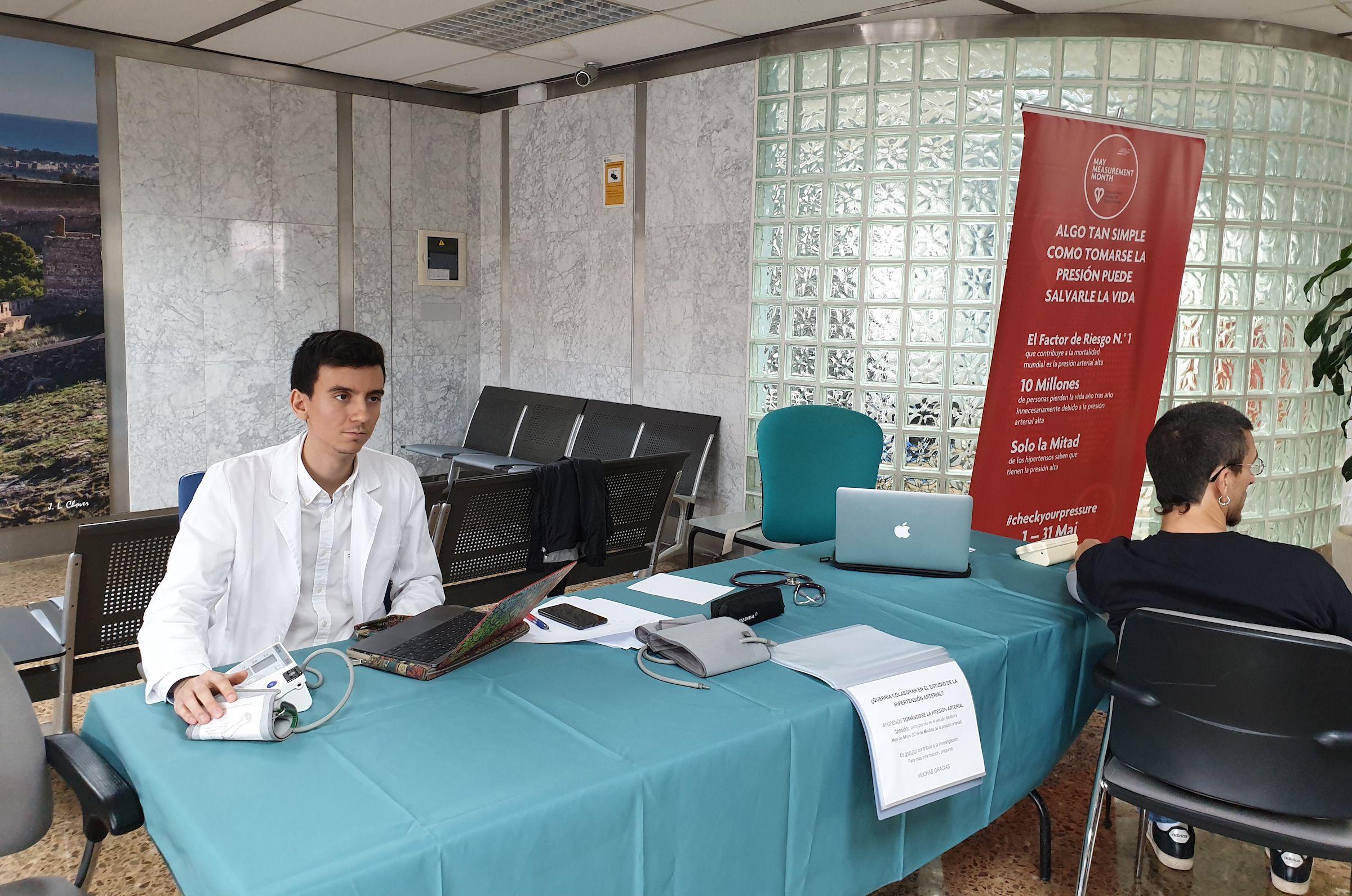 Punto de toma de presión arterial instalado por los estudiantes de la CEU UCH en el Hospital de Sagunto.