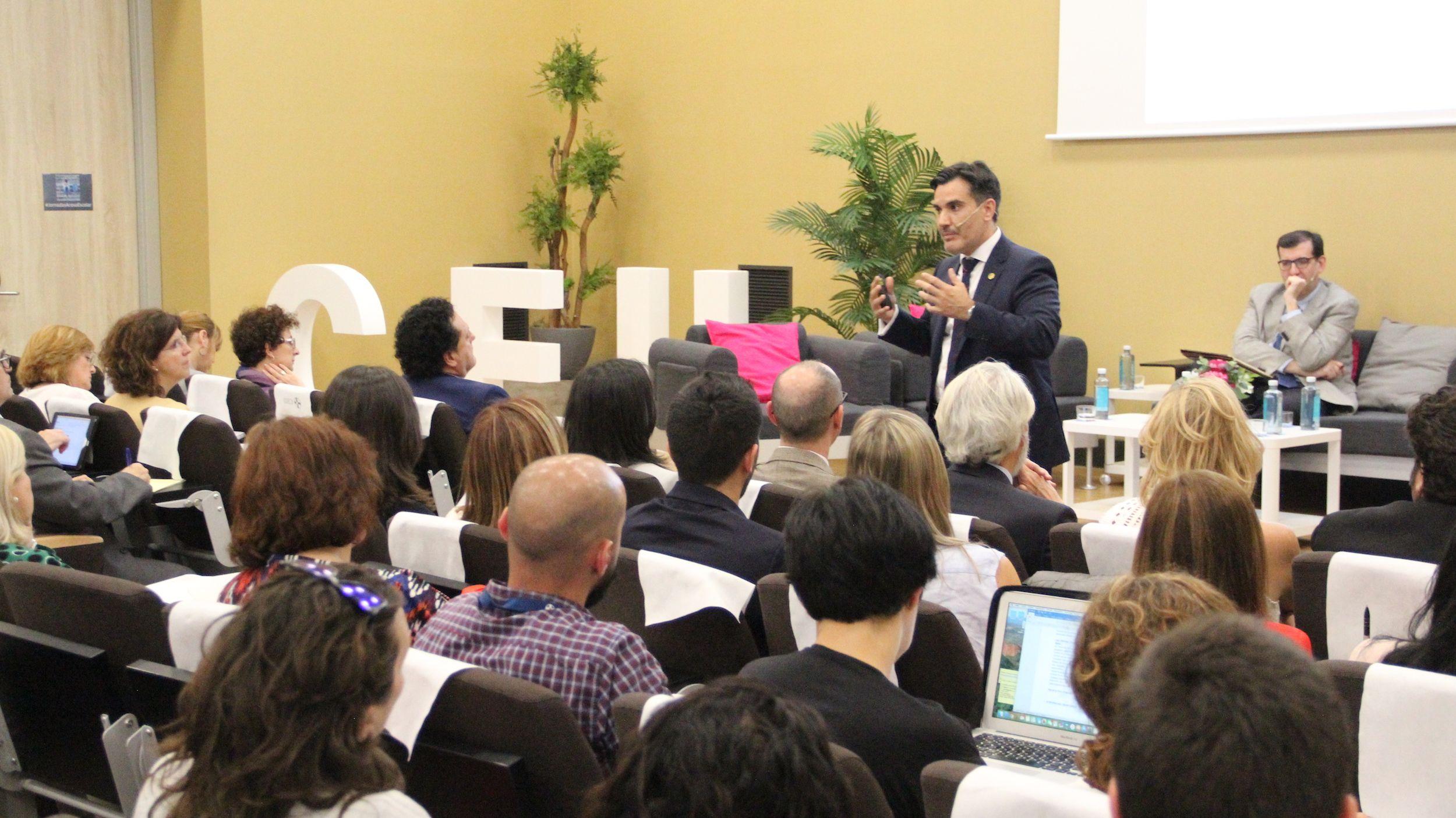 Óscar Cortijo, director de las Jornadas, explica el Programa AVE de prevención del acoso que coordina en los centros CEU.