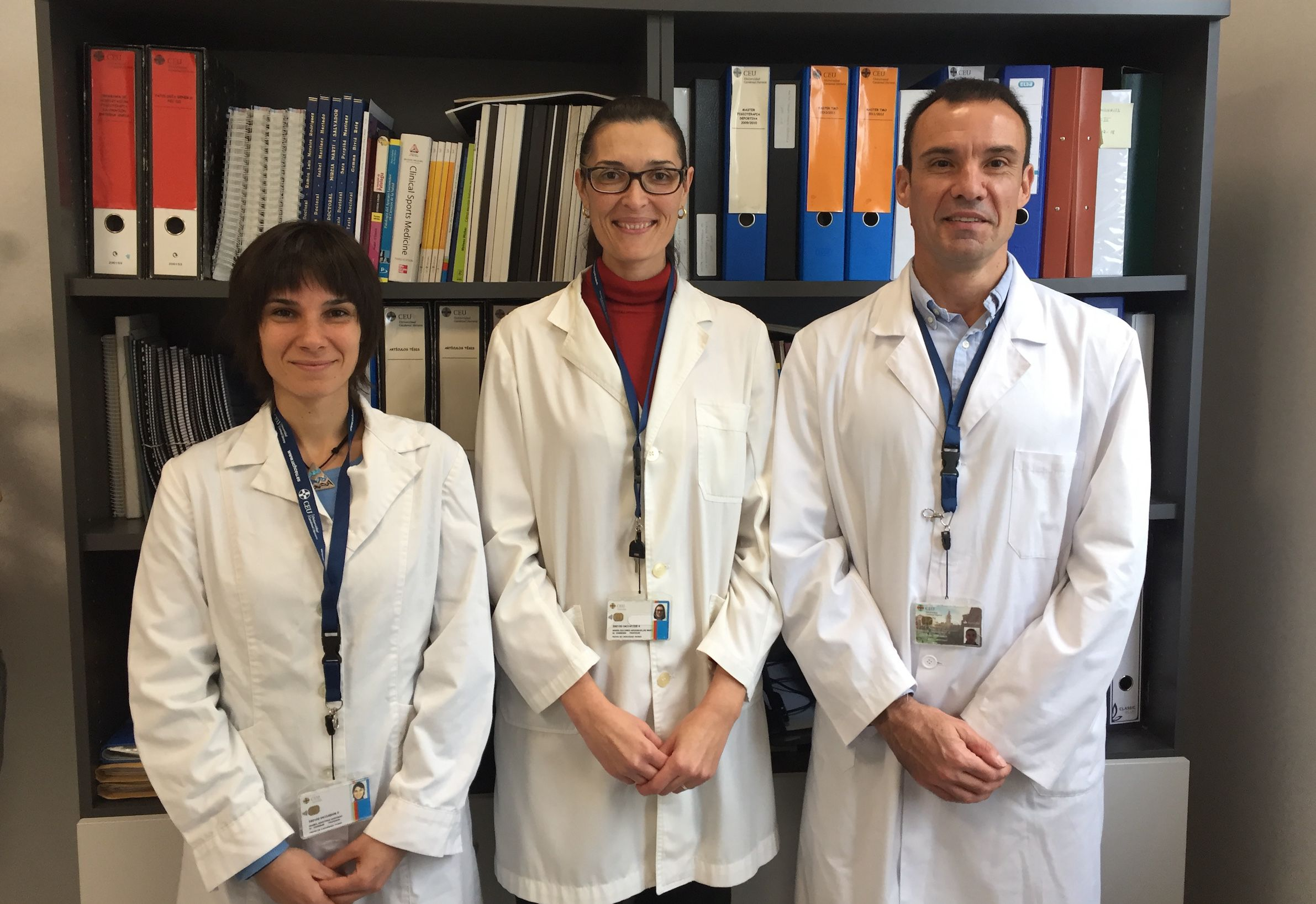 Los investigadores del Departamento de Fisioterapia de la CEU UCH Isabel Martínez Hurtado, María Dolores Arguisuelas y Juan Francisco Lisón, que han liderado el ensayo clínico para el tratamiento del reflujo mediante terapia miofascial.