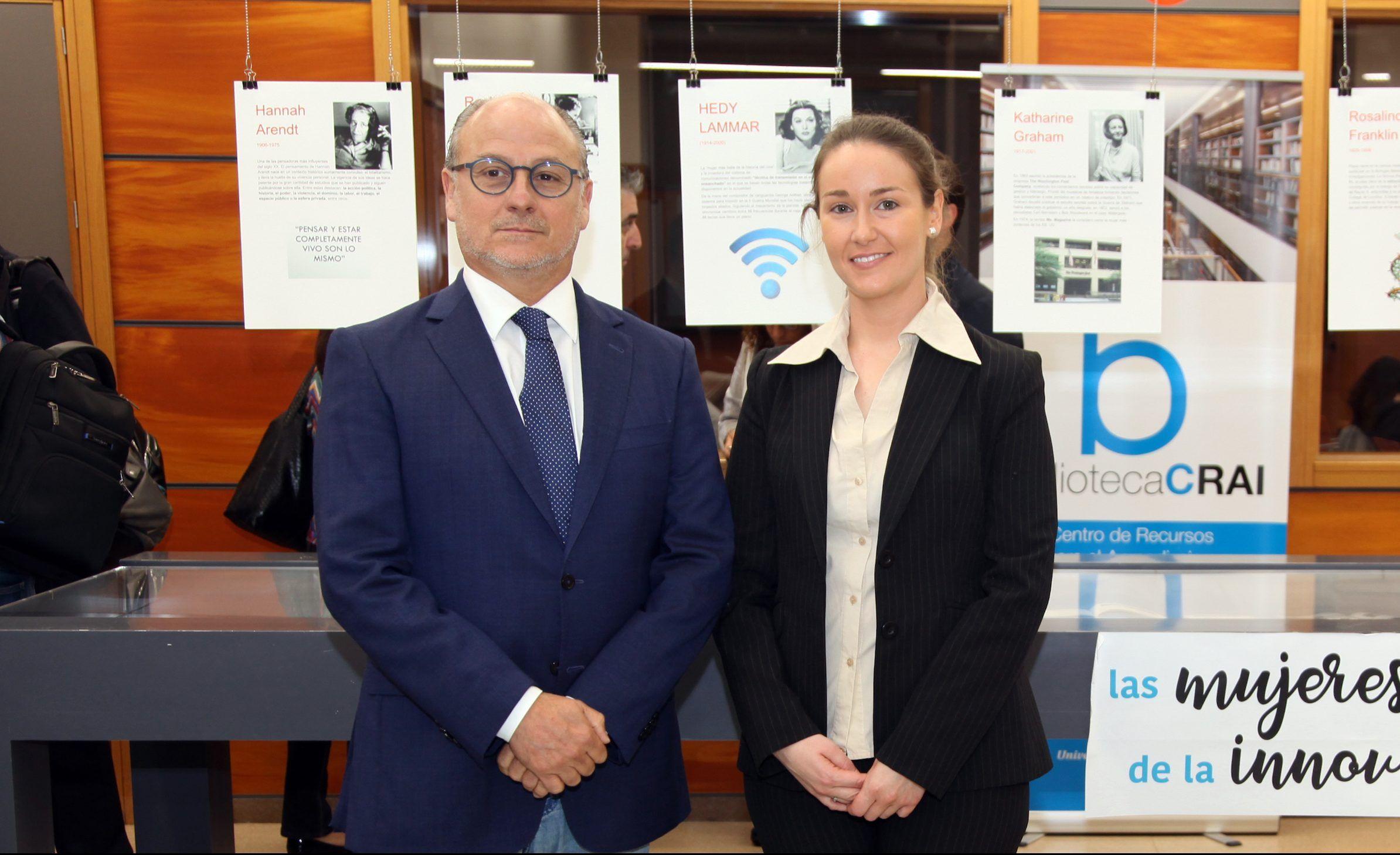 Los doctores José Piquer y María Pilar Chisbert, en la defensa de la tesis doctoral sobre infecciones del sitio quirúrgico en neurocirugía.