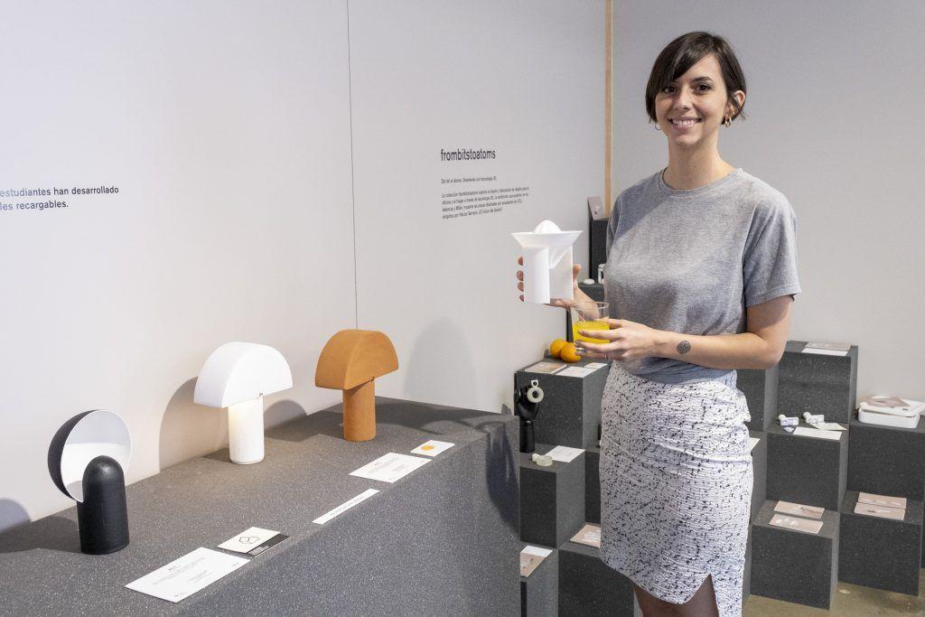 La diseñadora María Mandaryna, del Máster en Diseño de Producto de la CEU UCH, con su propuesta de iluminación presentada en Nude 2019.