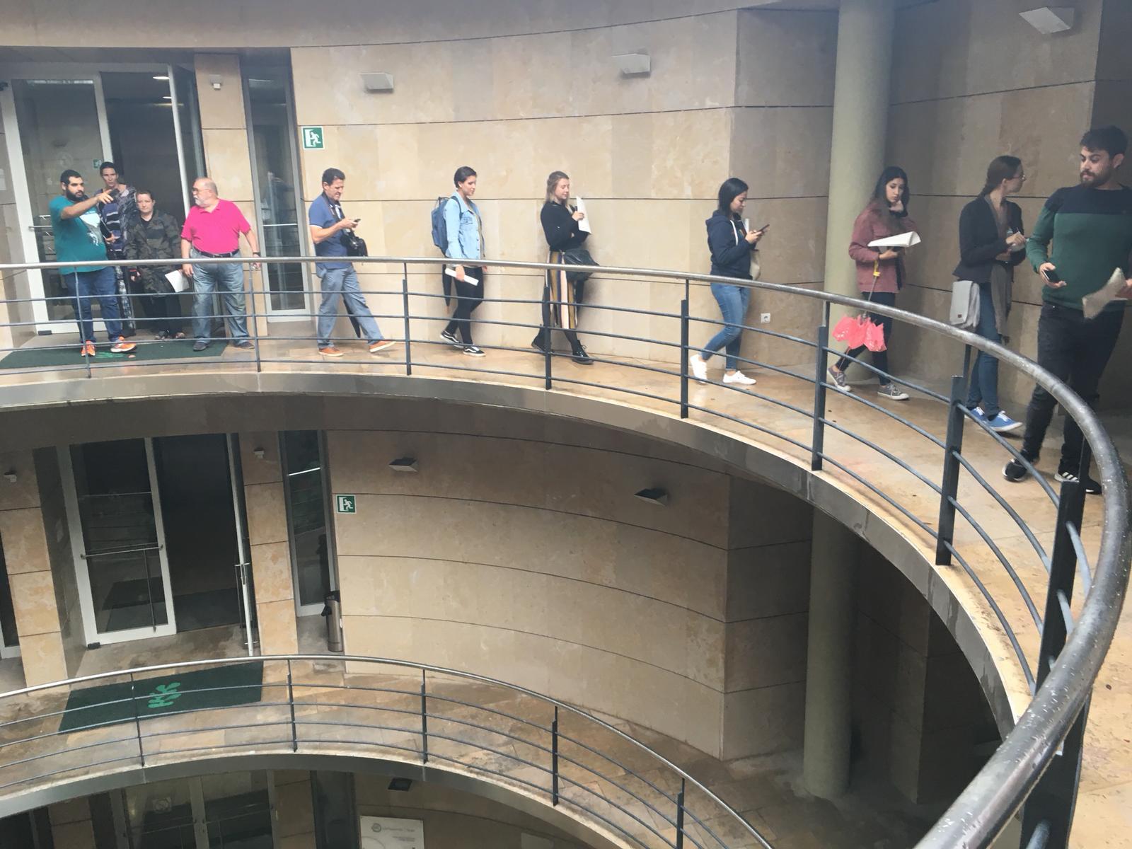 Los estudiantes de Architecture del CEU, en su recorrido por el edificio principal del Jardín Botánico de Valencia, que les ha presentado uno de sus arquitectos, Carlos Bento.