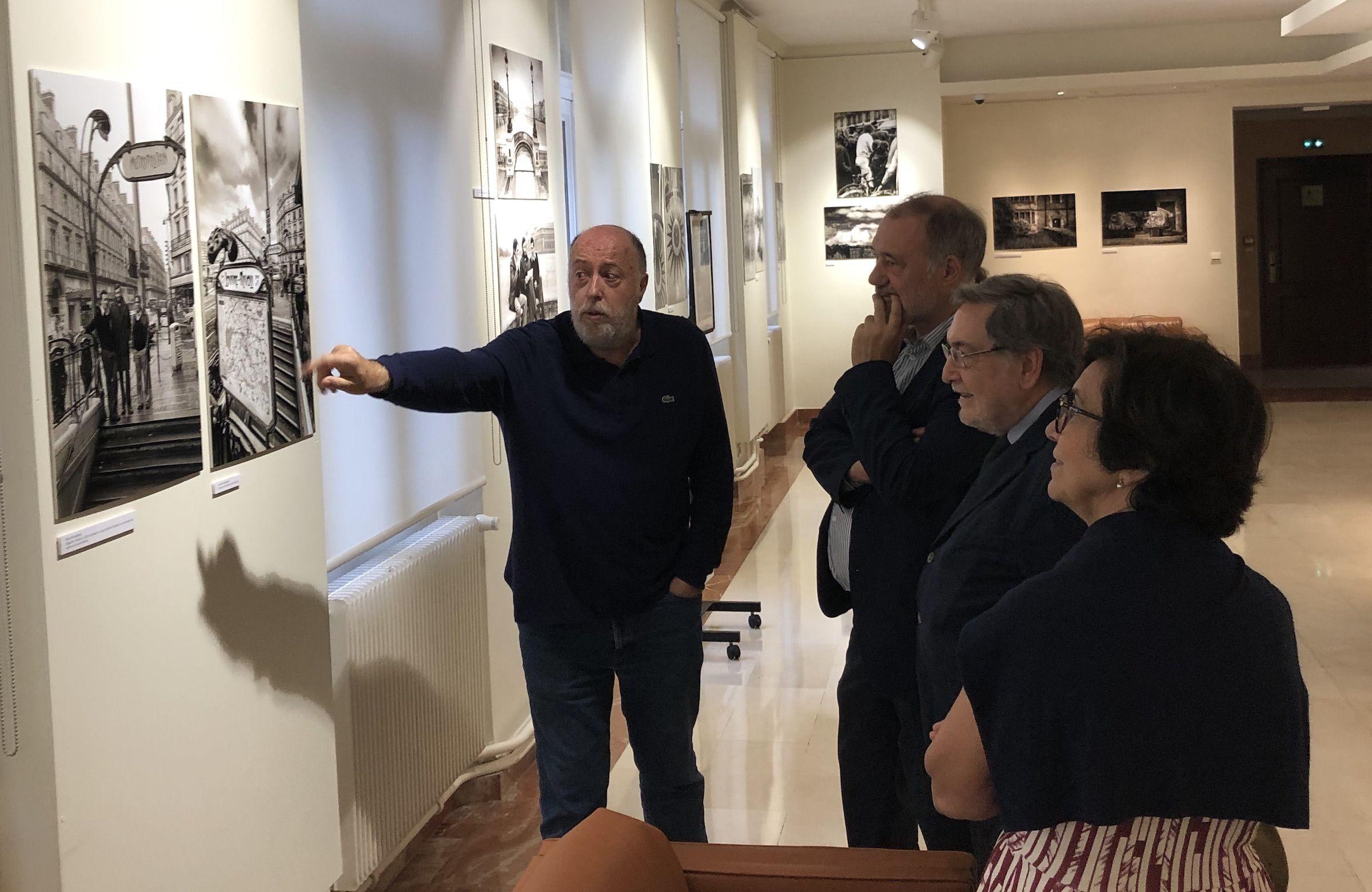 Con Roberto Varela Fariña, Consejero de Asuntos Culturales de la Embajada de España en Francia, Eugenio Nasarre Goicoechea, Director General de RTVE (1981-1982) y Secretario de Educación y Formación Profesional (1996-1999) y la esposa de Nasarre.