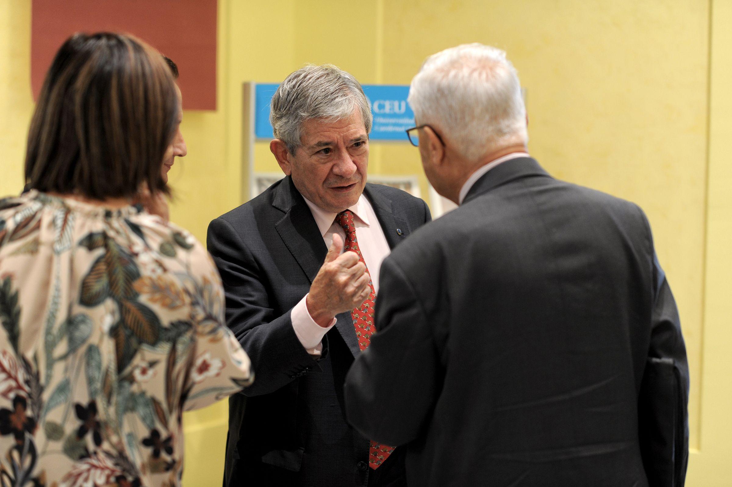 •Enrique Barón, ex presidente del Parlamento Europeo, junto a los expertos participantes en la Jornada en la CEU UCH.