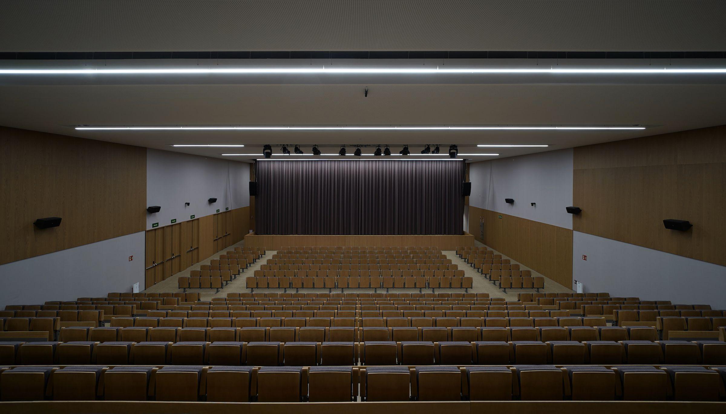 Aula Magna del Interior del hall del Paraninfo CEU UCH. FOTO: MAIN FORMS IDOM UTE. Director del equipo Arq. D. Guillermo Mocholí Ferrándiz.