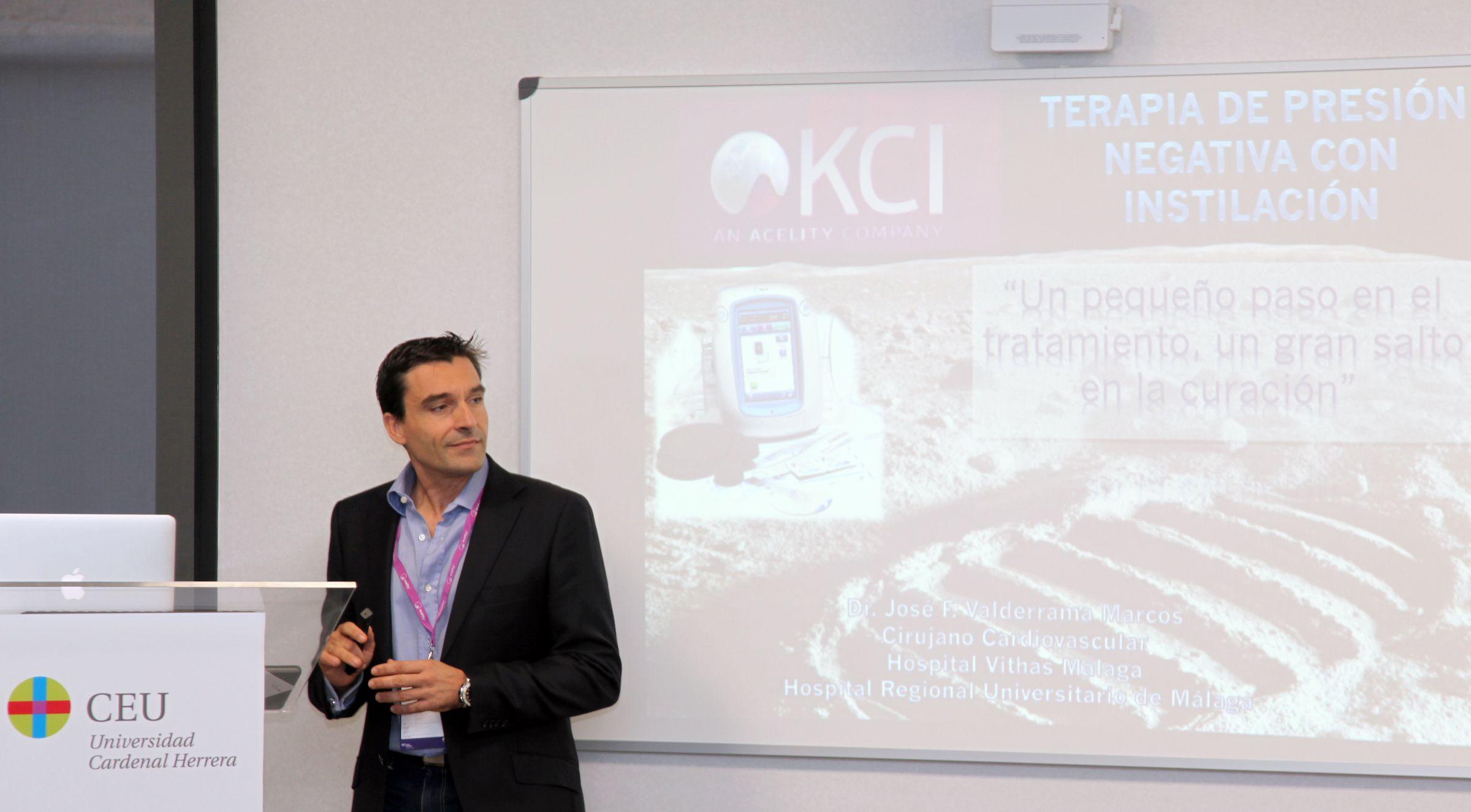 El doctor Valderrama, del Hospital Regional Universitario de Málaga, durante su intervención en la jornada sobre técnicas quirúrgicas con presión negativa.