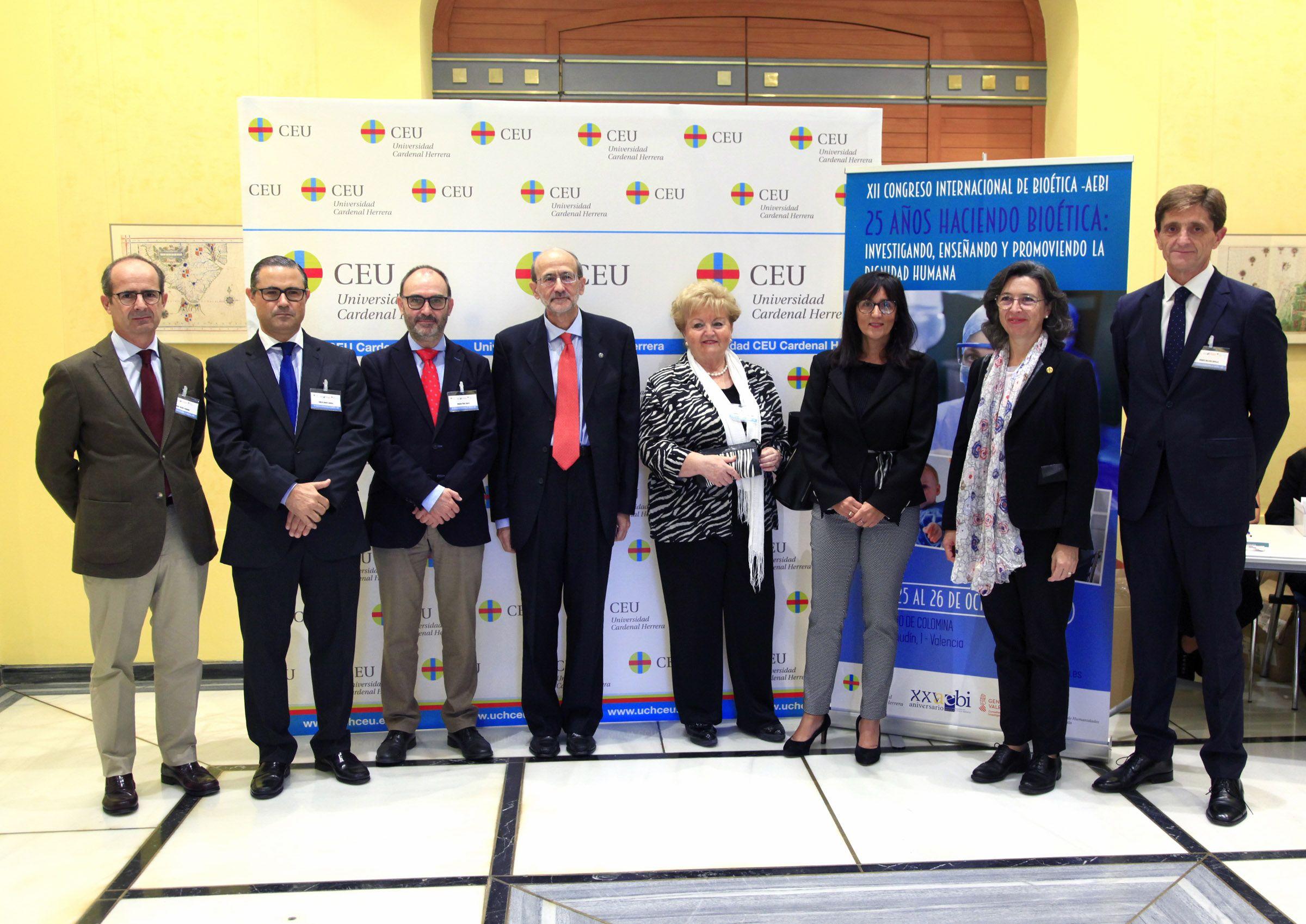La directiva de la AEBI junto a los ponentes del XII Congreso Internacional de la Asociación Española de Bioética y Ética Médica, esta mañana en el Palacio de Colomina-CEU.