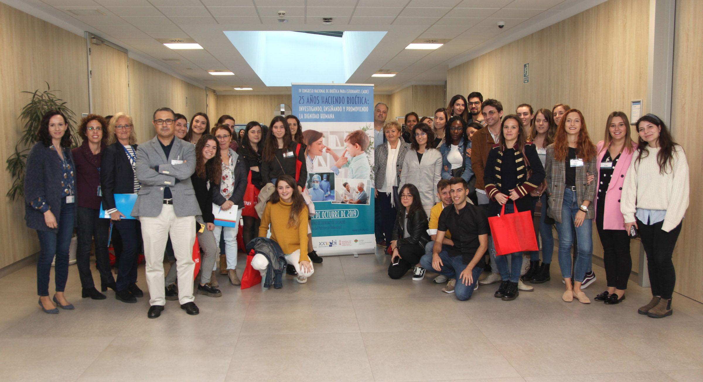 Estudiantes participantes en el IV Congreso de Bioética para Universitarios de la AEBI, que ha celebrado su cuarta ediciónen la Facultad de Ciencias de la Salud de la CEU UCH.