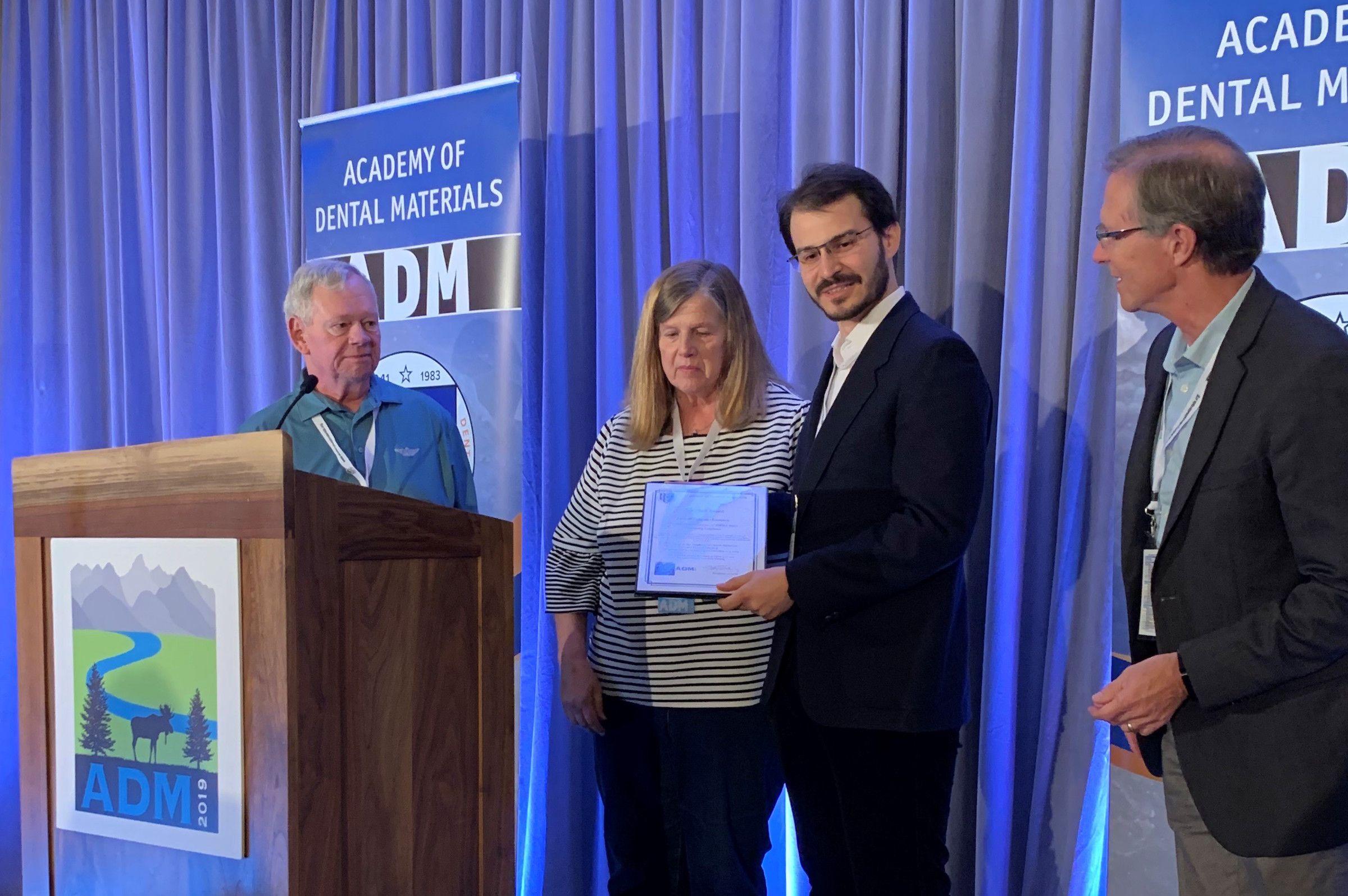 Andrei Ionescu, de la Universidad de Milán, recogió el premio para el equipo investigador, en la ADM 2019 Conference.