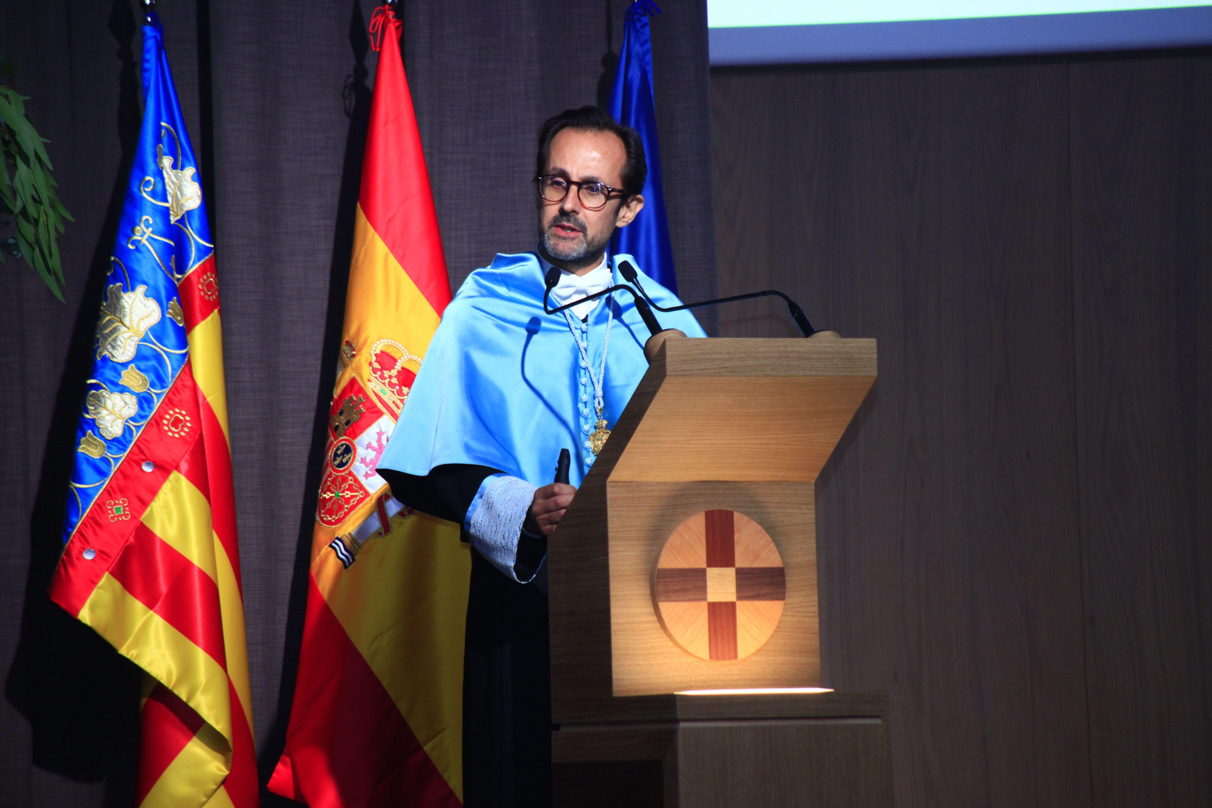 Emilio Callado, catedrático de Historia Moderna de la CEU UCH, durante la lección magistral sobre San Juan de Ribera en la apertura del curso 2019-20.