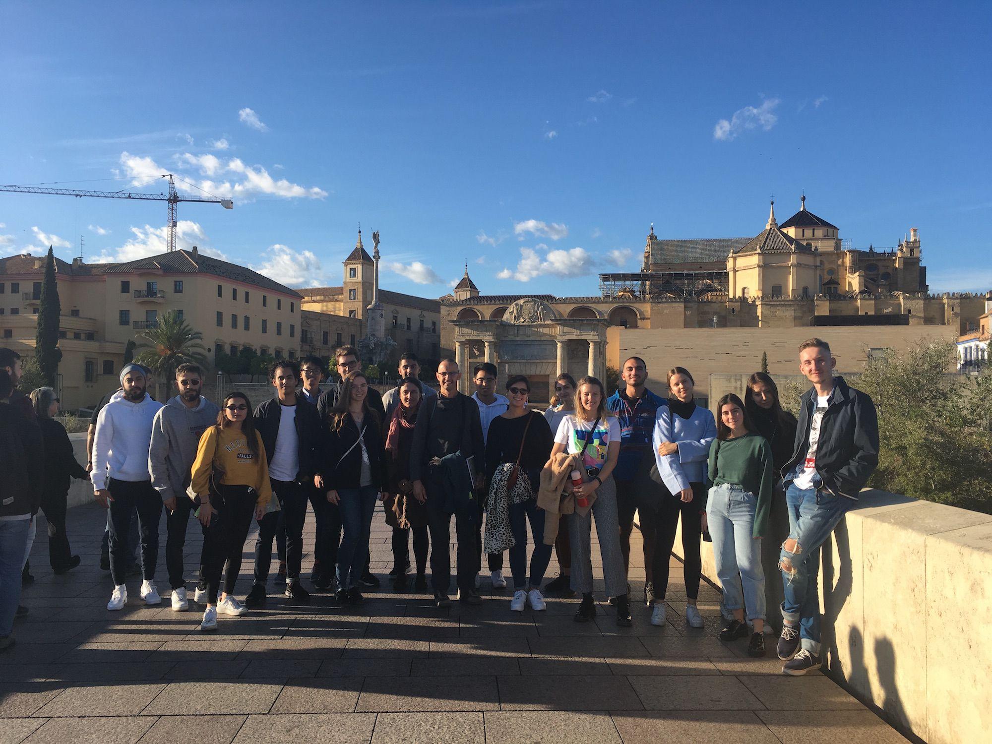 Los estudiantes de Architecture de la CEU UCH, en el Puente Romano y Centro de Visitantes, de Juan Cuenca. Al fondo, la Mezquita-Catedral de Córdoba.