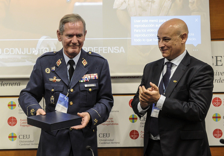 El general Rafael García Hernández, que dirige el Mando Conjunto de Ciberdefensa, recoge el Premio de Seguridad de Sistemas de Información en el Congreso.