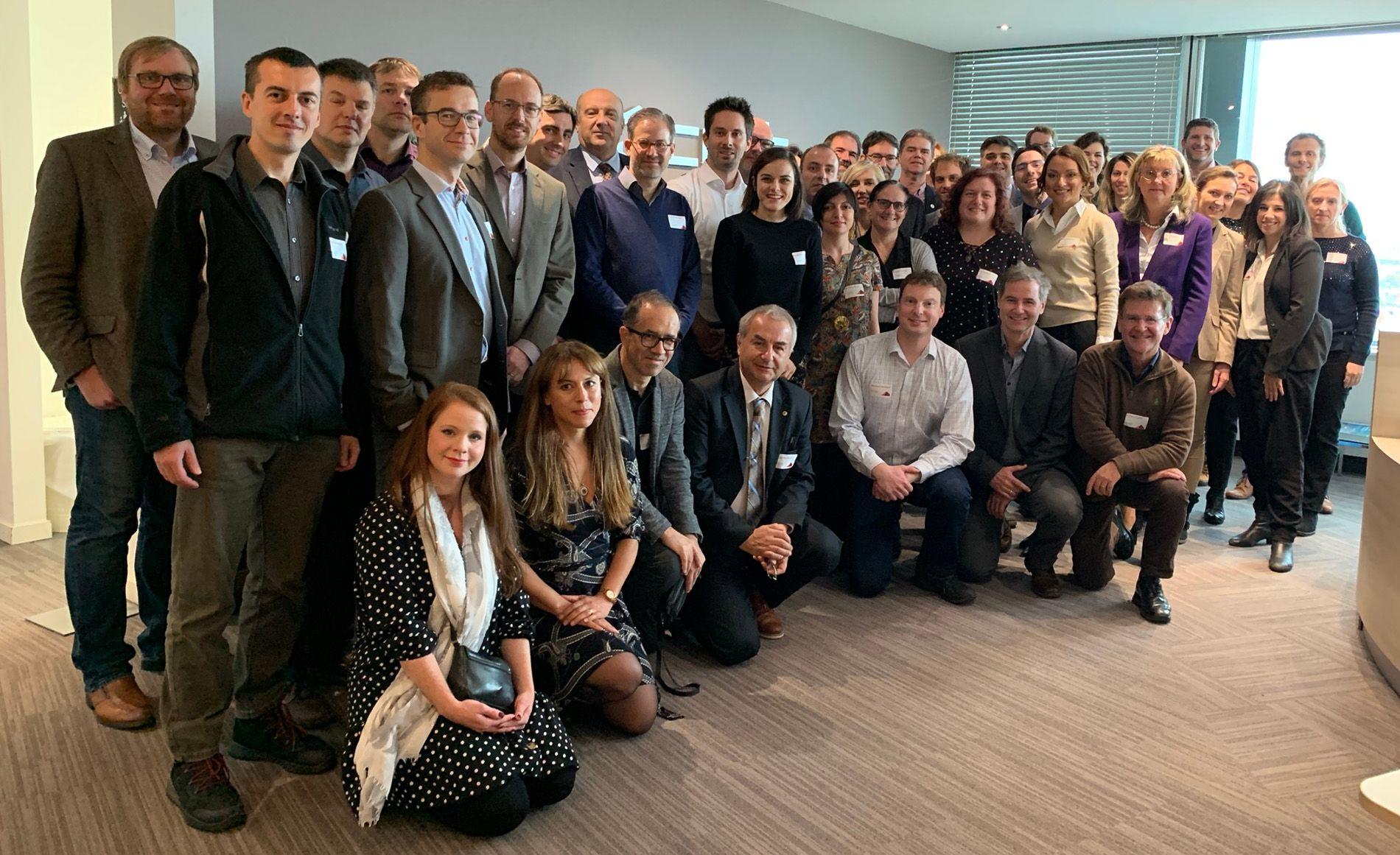 El profesor de Medicina Interna de la CEU UCH, Enrique Rodilla, (de rodillas a la derecha), junto a los integrantes de la red europea VascAgeNet, en su reunión en Bruselas.