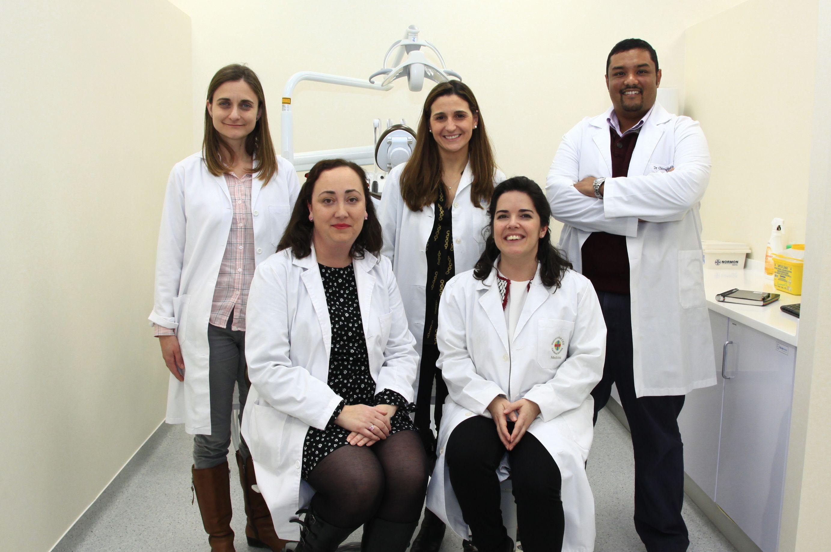 Los investigadores del Grupo en Microbiología Oral de la CEU UCH María del Mar Jovani, Raquel González, Chirag Sheth, Verónica Veses y Rosa López Pedrajas, autores del estudio publicado en Scientific Reports.