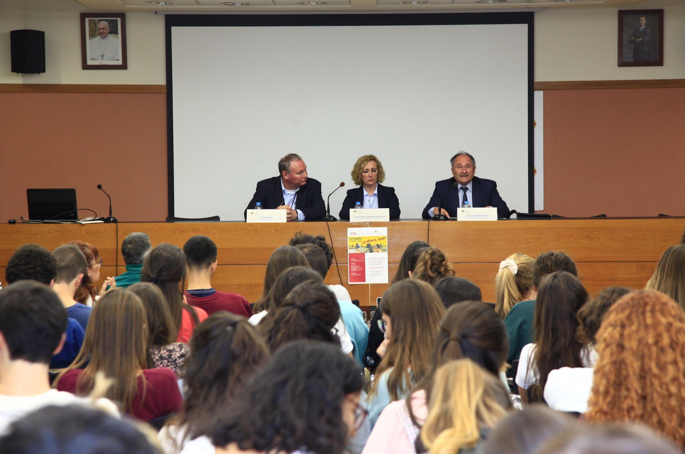 El codirector de Observatorio de Transparencia, Hugo Aznar, y la decana Esperanza Ferrando, con el director de la Agència Valenciana Antifrau, Joan Llinares.