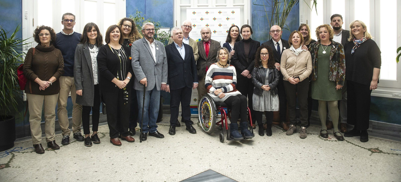 Los investigadores del Instituto ODISEAS de la CEU UCH, con el presidente del CERMI, Luis Cayo Pérez Bueno, en su encuentro con motivo del Día Internacional de las Personas con Discapacidad.