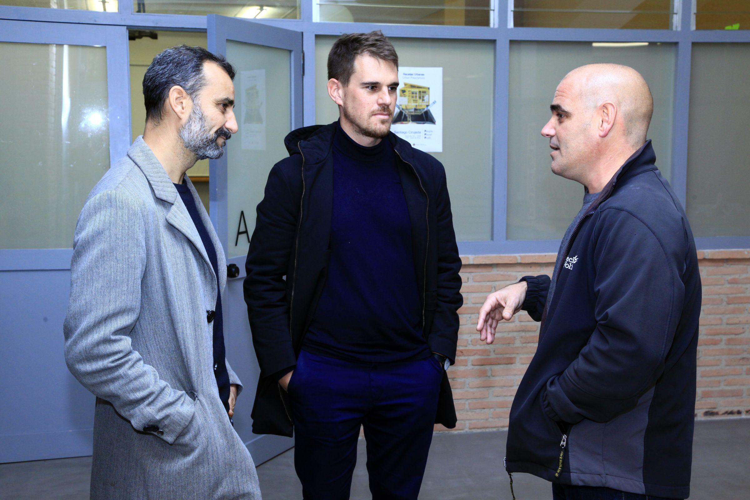 Salvador Gilabert e Ignacio Juan, profesor y subdirector de Architecture, con Santiago Cirugeda, en la CEU UCH.
