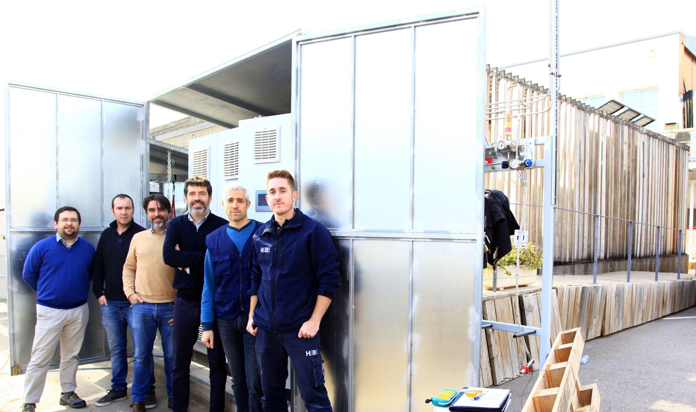 El Grupo TecEner de la CEU UCH, con Manuel Rodríguez, de H2B2, en el prototipo de vivienda sostenible SMLsystem donde han instalado el nuevo sistema de producción de hidrógeno como combustible para generar electricidad y calor.