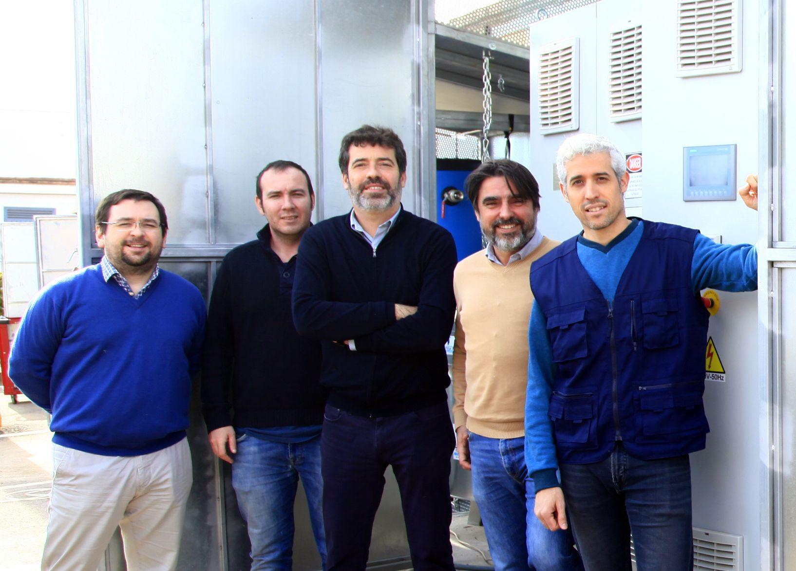 Miembros del Grupo TecEner de la CEU UCH, en la instalación de hidrógeno testada en la SMLsystem.